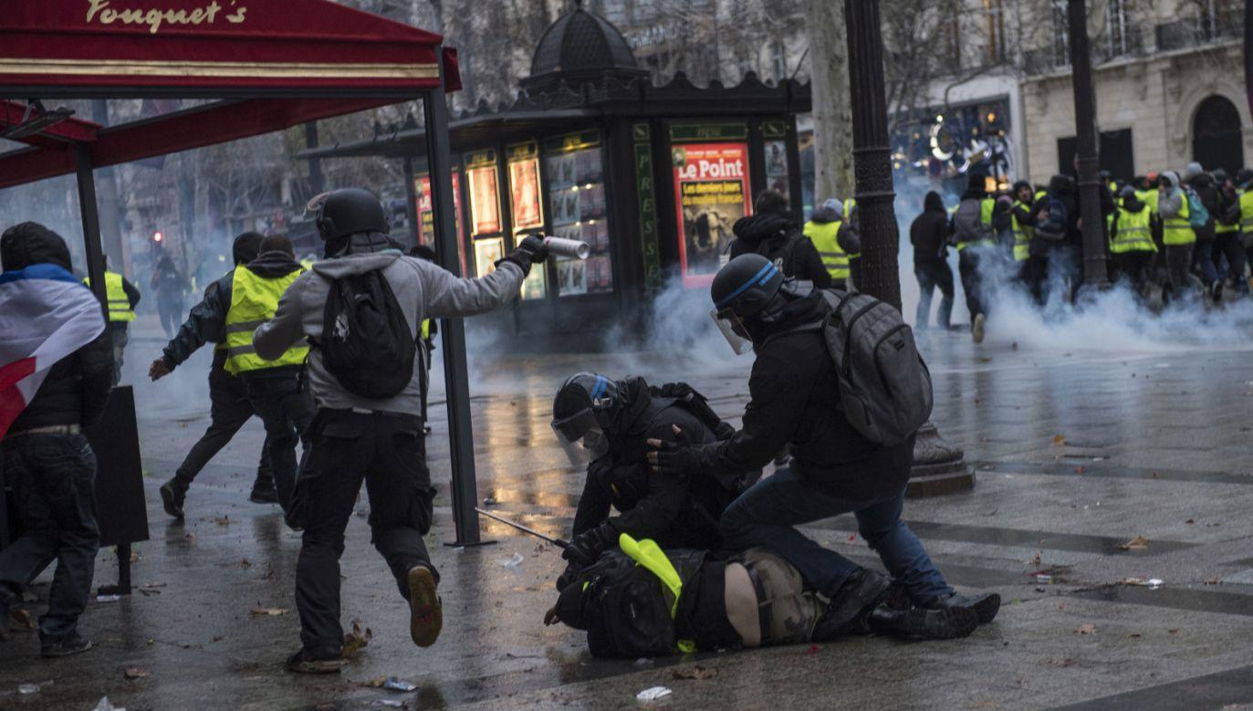 """Podczas sobotnich protestów ruchu """"żółtych kamizelek"""" w całej Francji aresztowano łącznie 1723 osoby (fot. PAP/EPA/JULIEN DE ROSA)"""