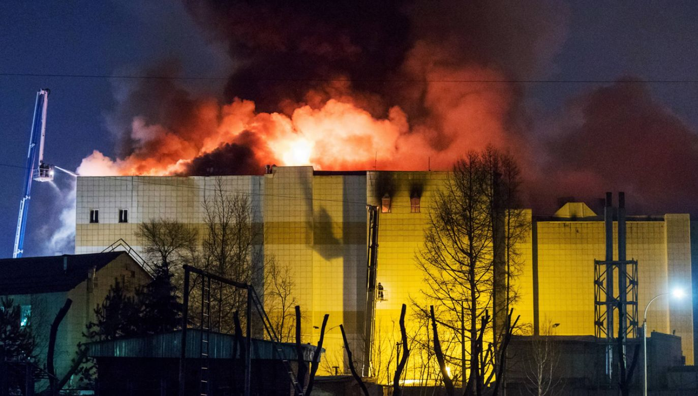 Pożar błyskawicznie rozprzestrzenił się po najwyższej kondygnacji, gdzie znajdowało się miejsce zabaw dla dzieci i sale kinowe (fot. PAP/ITAR-TASS/Danil Aikin)