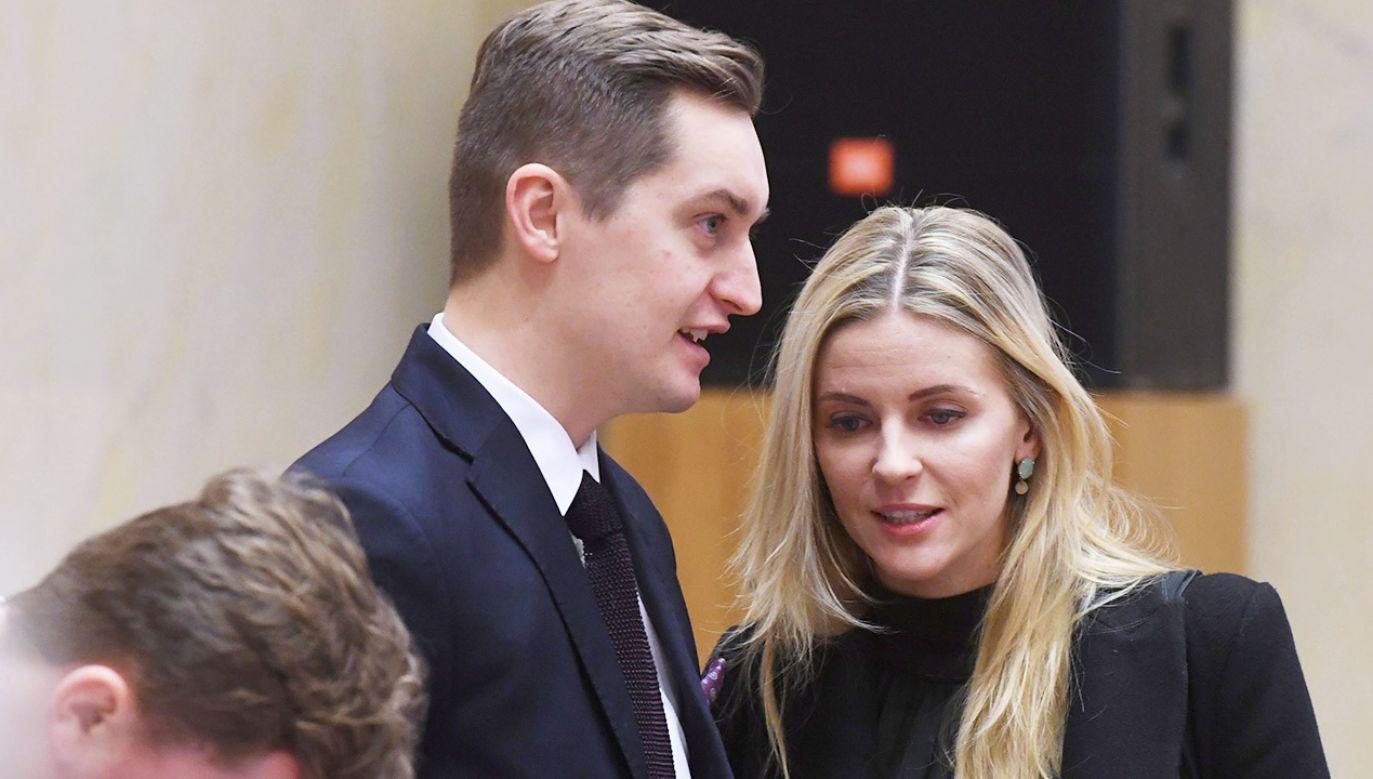 Sebastian Kaleta (L) i Aleksandra Gajewska (P) przed posiedzeniem Rady Miasta w Warszawie (fot. PAP/Piotr Nowak)
