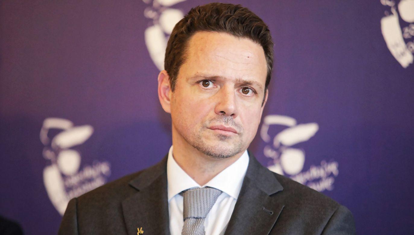 """""""Wszystkie pieniądze, które wynegocjowaliśmy, żeby zmieniać polską energetykę ci panowie spalili w piecu"""", skomentował politykę PiS prezydent Warszawy (fot. PAP/Leszek Szymański"""