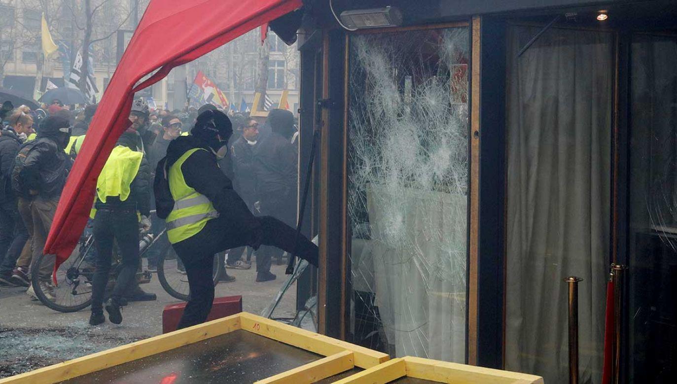 Władze zaostrzają kurs wobec protestujących (fot. REUTERS/Philippe Wojazer)