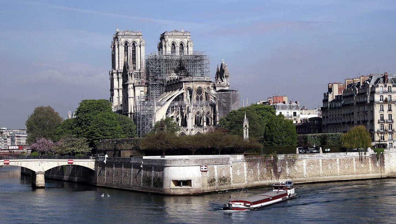 """""""Poważnie zniszczona, ale ocalona paryska katedra, zjednoczyła w bólu i smutku miliony ludzi na całym świecie"""" (fot.PAP/EPA/CHRISTOPHE PETIT TESSON)"""