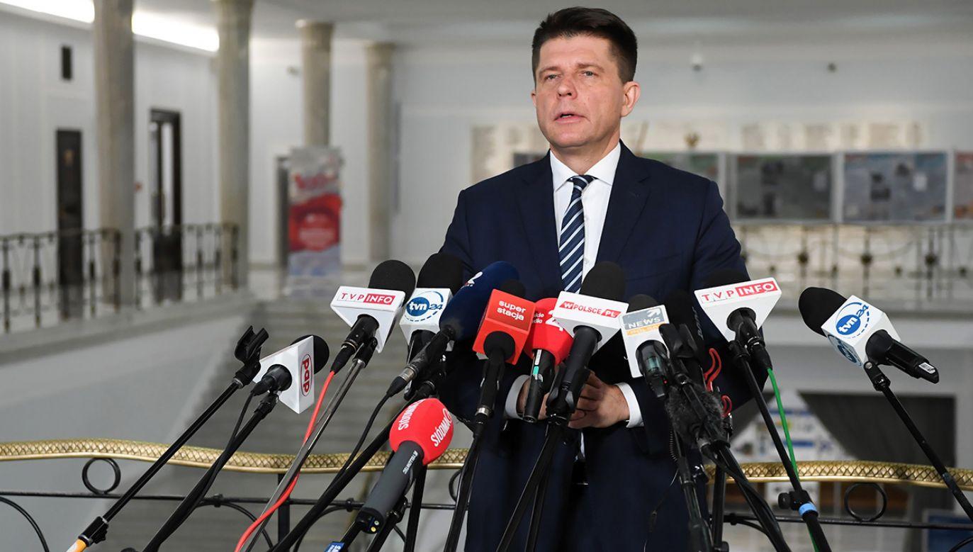 Lider partii Teraz! Ryszard Petru rozmawia z dziennikarzami w Sejmie (fot. arch. PAP/Piotr Nowak)