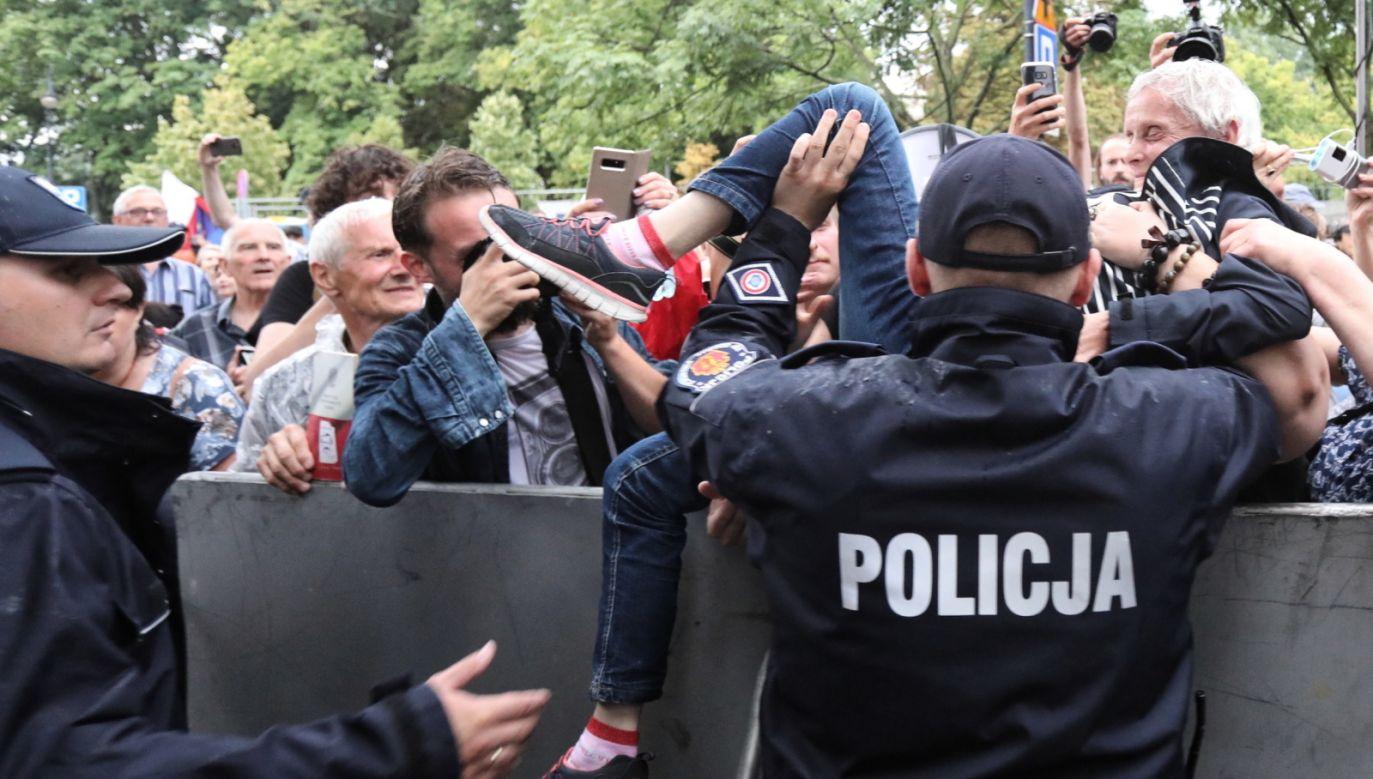 Policja podczas rutynowych dzialań pod Sejmem (fot. PAP/Tomasz Gzell)