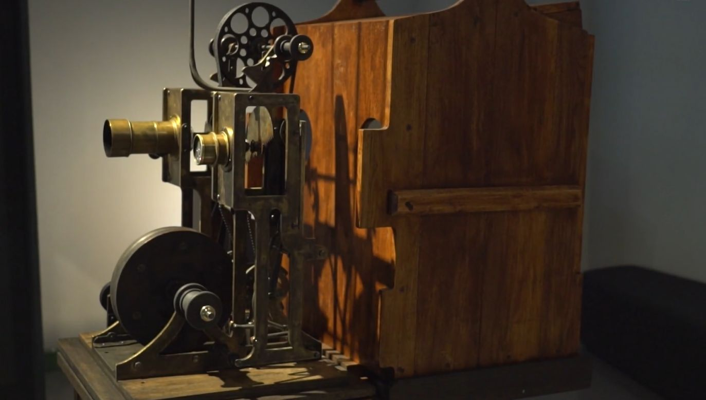 """The """"biopleograph"""" –  an improved version of the brothers Lumiere projector and a film camera in one, built by Polish innovator Kazimierz Prószyński. Photo: screenshot/PAP"""