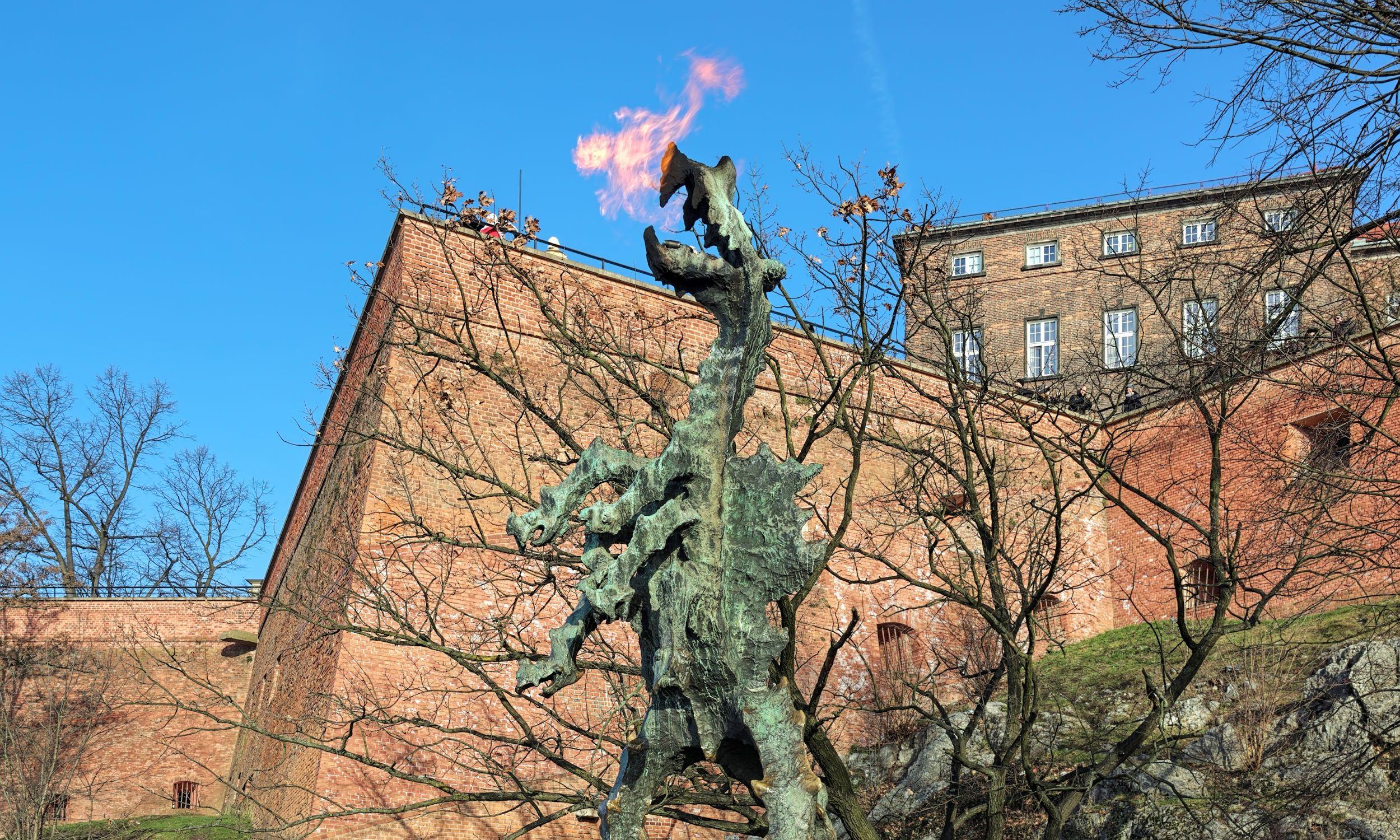 Smok wawelski - rzeźba stojąca w grocie pod zamkiem w Krakowie. Fot. Shutterstock/Mikhail Markovskiy