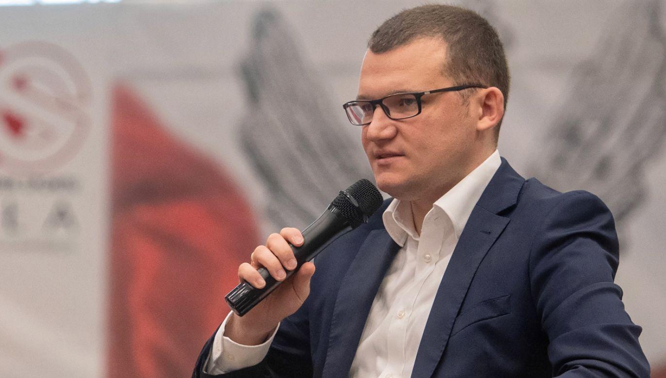 De facto tezy opozycyjnych samorządowców prowadzą do podziału Polski – ostrzegł wiceszef MSWiA (fot. PAP/Grzegorz Michałowski)