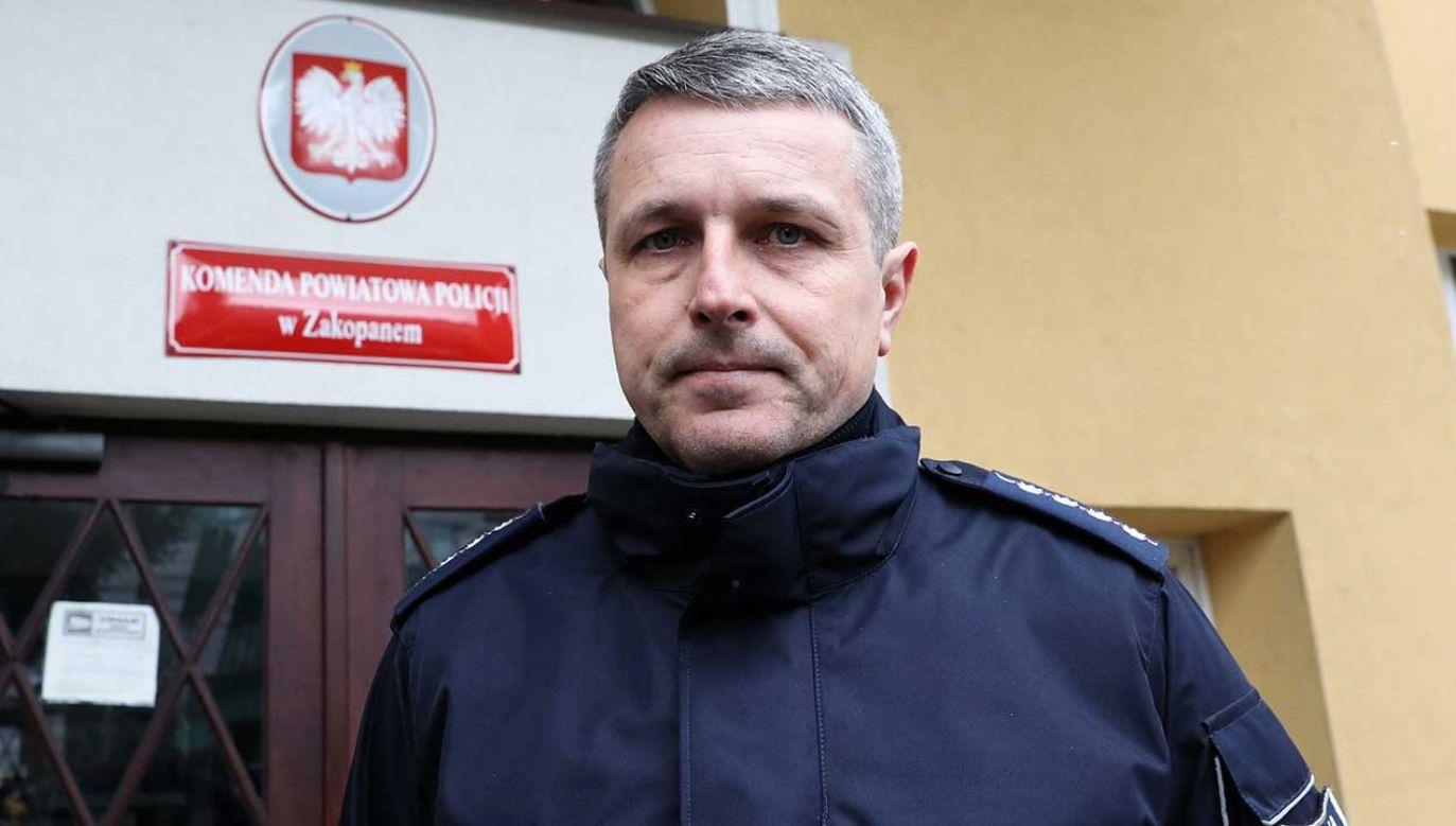 Rzecznik prasowy KWP w Zakopanem st. aspirant Roman Wieczorek podczas konferencji prasowej (fot. PAP/Grzegorz Momot)