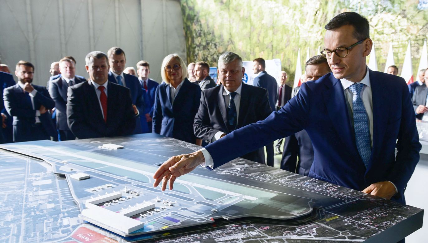 Prime Minister Mateusz Morawiecki (R), who attended the meeting, stated that the decision will contribute to a great future for the city. Photo: PAP/Jakub Kamiński