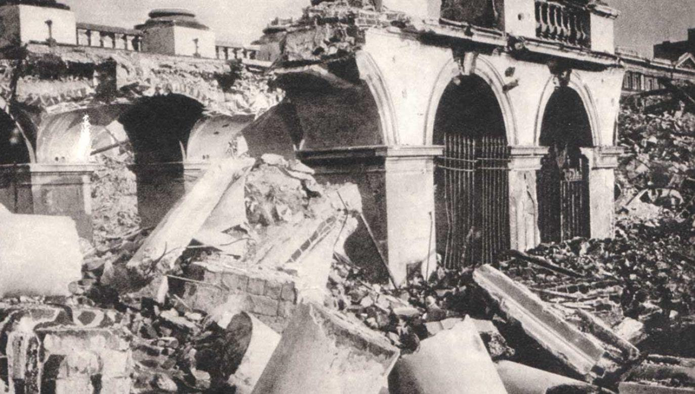 Ocalały fragment arkad pałacu Saskiego po wysadzeniu w 1944 roku (fot. pl.wikipedia.org)