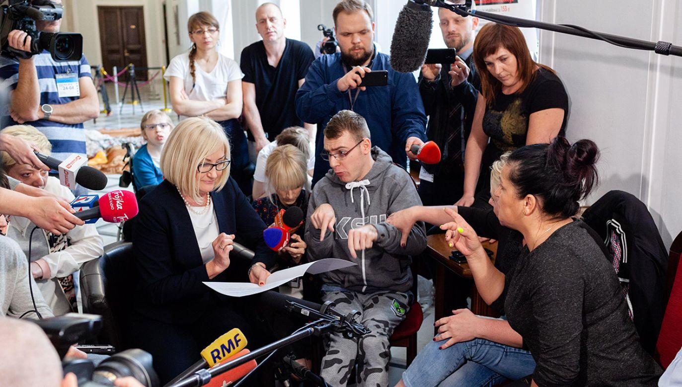 Rzeczniczka rządu Joanna Kopcińska  spotkała się z protestującymi w Sejmie rodzicami i opiekunami dzieci niepełnosprawnych (fot. arch.  PAP/Adam Guz)