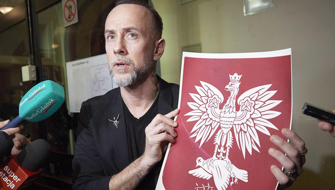 """Oskarżony Adam """"Nergal"""" Darski rozmawia z dziennikarzami na korytarzu Sądu Okręgowego w Gdańsku (fot. arch.PAP/Adam Warżawa)"""