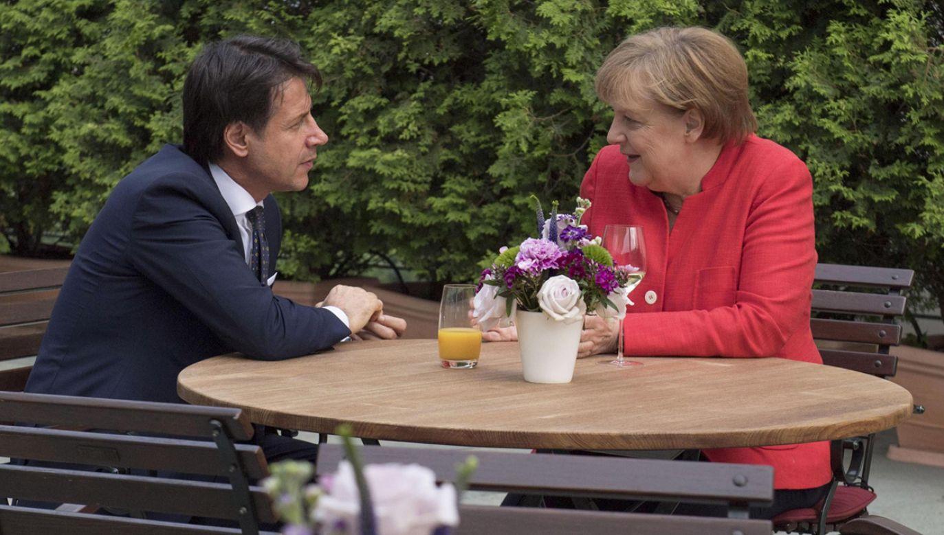 Włoski premier Giuseppe Conte z niemiecką kanclerz Angelą Merkel podczas ich spotkania w Berlinie (fot. PAP/EPA/CHIGI PALACE PRESS OFFICE/FILIPP HANDOUT)