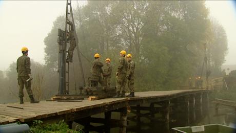 Żołnierze odnawiają przeprawę na Obrze. Będzie nowy most