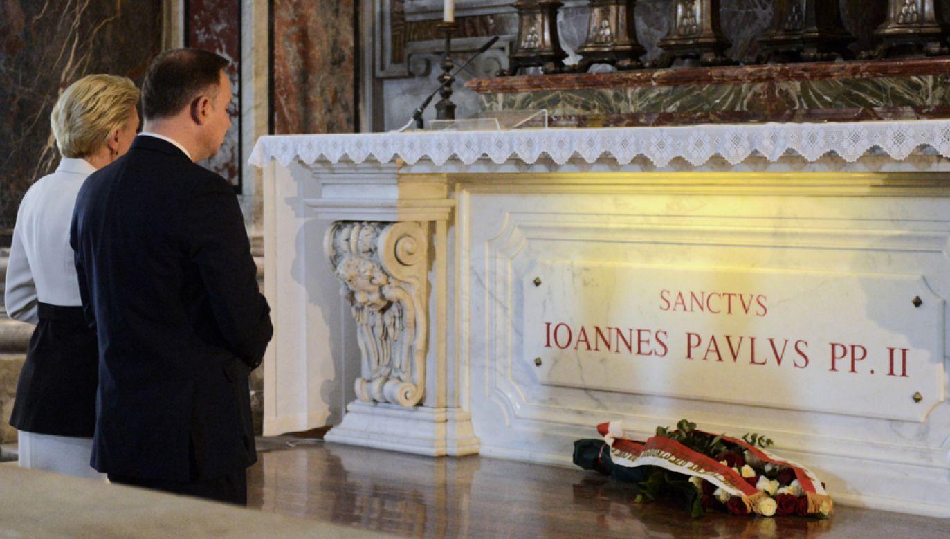 Prezydent Andrzej Duda (P) z żoną Agatą Kornhauser-Dudą (L) podczas mszy św. w Bazylice Świętego Piotra w Watykanie(fot. PAP/Jakub Kamiński)
