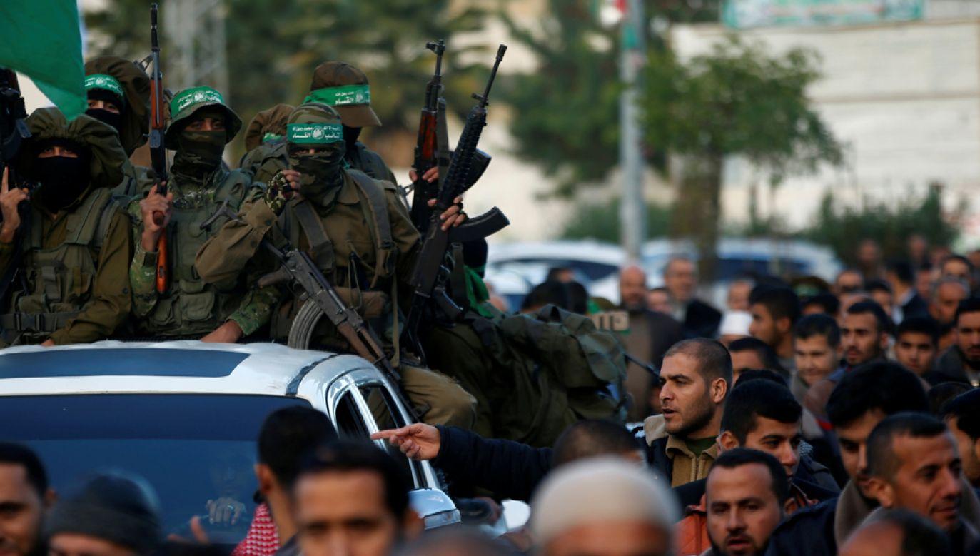 Palestyńscy bojówkarze Hamasu w trakcie manifestacji w Strefie Gazy w 2017 r. (fot. REUTERS/Mohammed Salem)