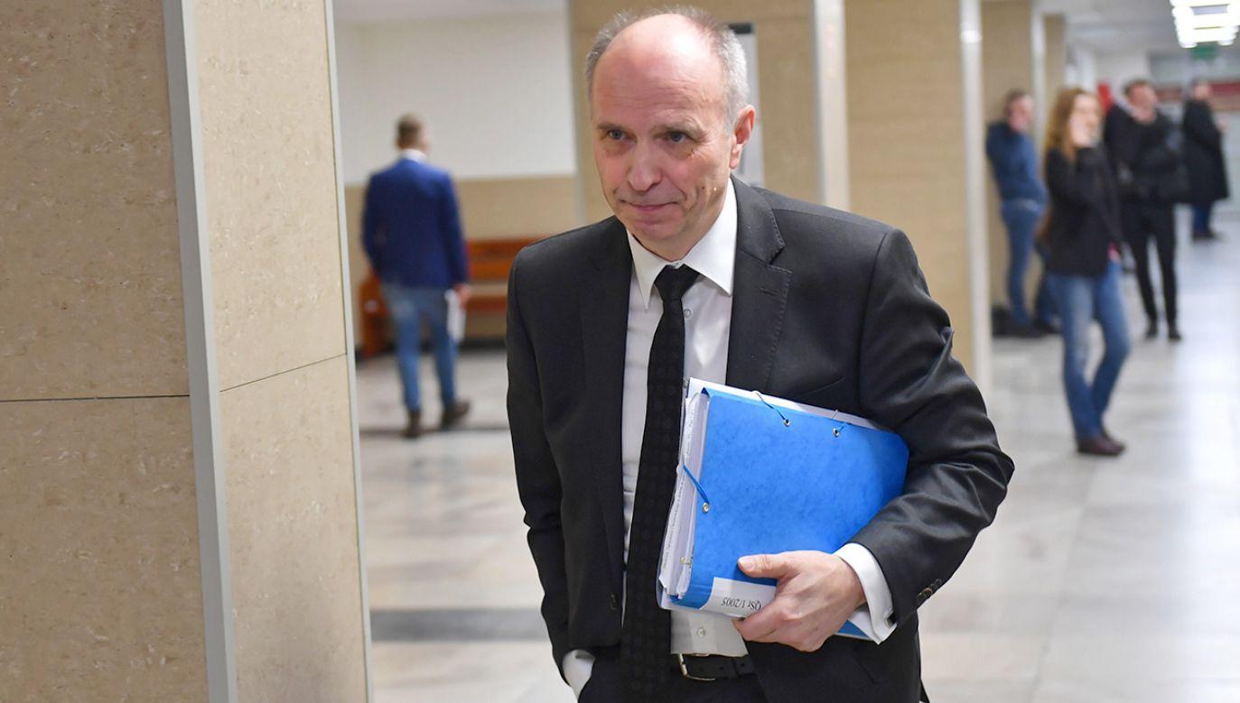 Były przewodniczący Komisji Nadzoru Finansowego Andrzej Jakubiak na korytarzu sądowym (fot. arch.PAP/Marcin Bielecki)