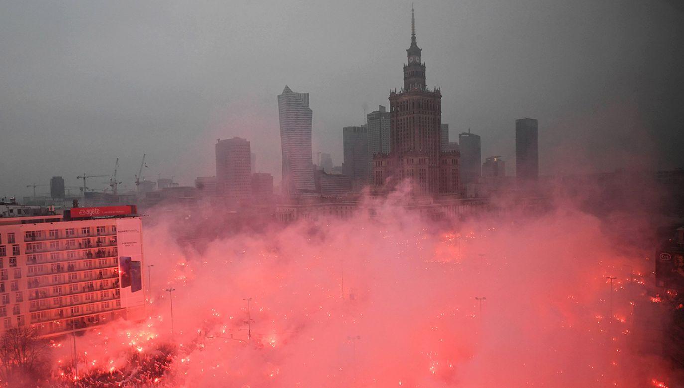 KSP opublikowała wizerunki osób, które odpaliły race 11 listopada na marszu w stolicy  (fot. PAP/Radek Pietruszka)