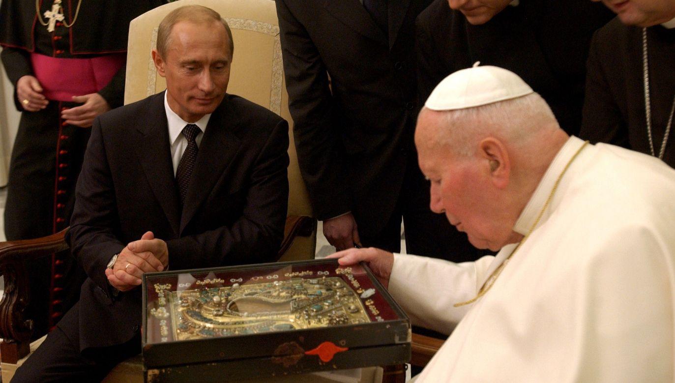 Trzeba w Polsce promować chrześcijaństwo heterodoksyjne i antypapieskie – twierdził Aleksander Dugin. Na zdjęciu Władimir Putin z Janem Pawłem II w listopadzie 2003 roku. Fot. REUTERS/Pool new