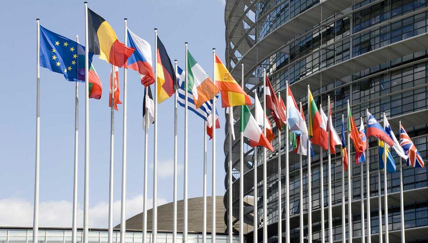 Pozytywny stosunek do członkostwa Polski w UE zdecydowanie dominuje we wszystkich analizowanych grupach społeczno-demograficznych (fot. Shutterstock/Vladimirs Koskins)