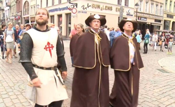 W dzień św. Jakuba poszli z symboliczną pielgrzymką na zamek Dybów