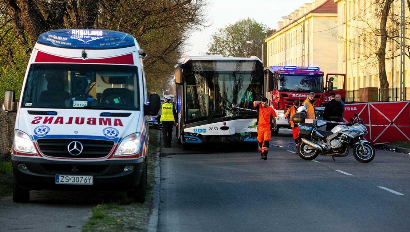 Kierowca samochodu osobowego poniósł śmierć na miejscu (fot. PAP/Marcin Bielecki)