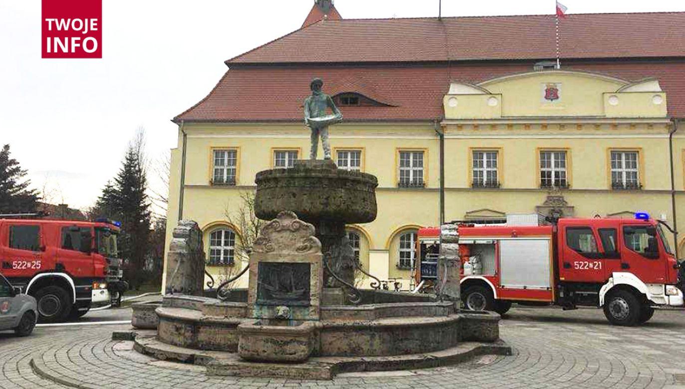 Przez pożar śmieci w piwnicy budynek musieli opuścić pracownicy uUrzędu (fot. tt/@gk24_pl)