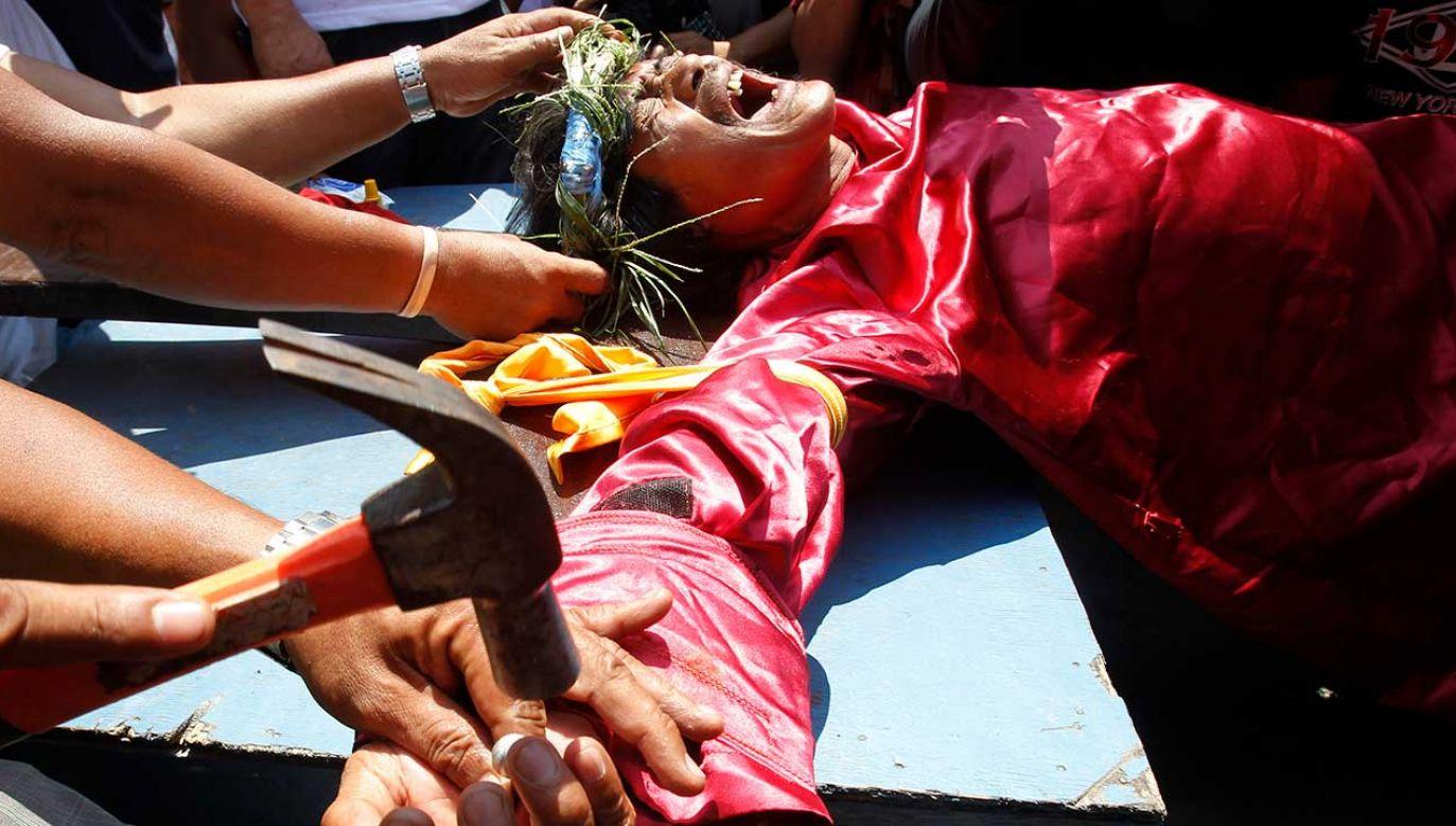 Do krzyży dało się przybić czterech mężczyzn i kobieta (fot. REUTERS/Romeo Ranoco)