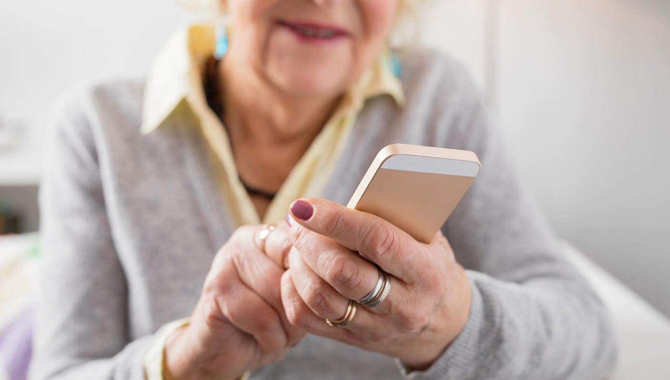 Oszust zadzwonił do starszej kobiety i przedstawił się jako funkcjonariusz CBŚP (fot. Shutterstock/Kaspars Grinvalds)