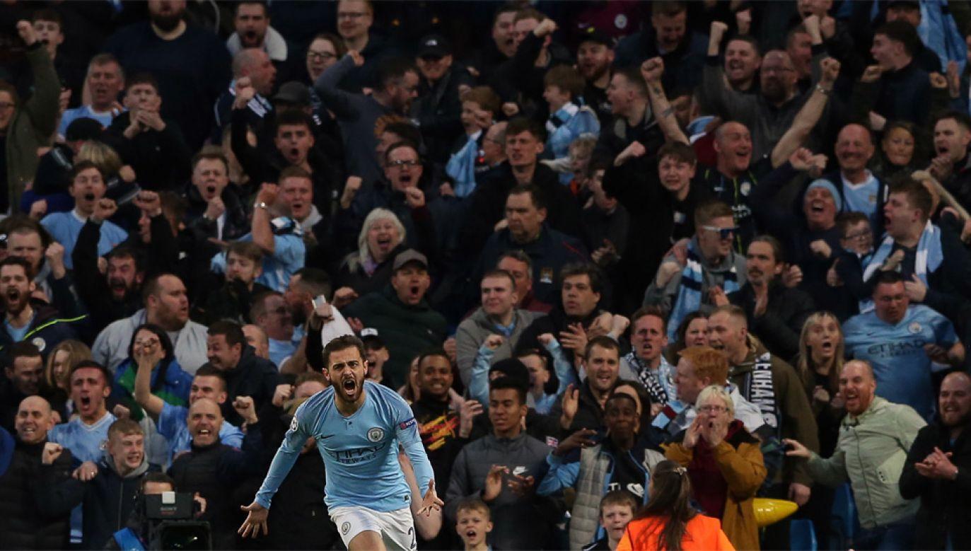 Kibice są dużym wsparciem dla piłkarzy Manchesteru City (fot. EPA/NIGEL RODDIS)