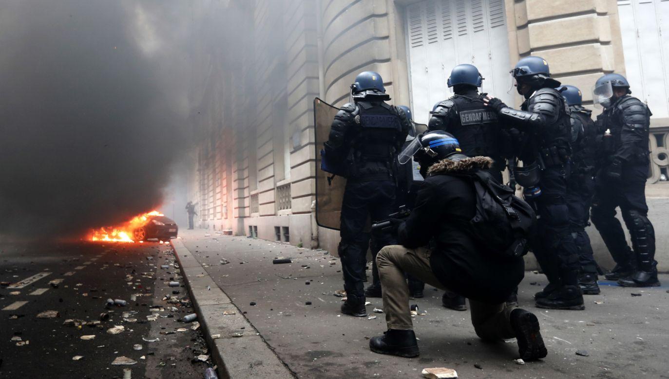 """Protest """"żółtych kamizelek"""" w Paryżu (fot. PAP/EPA/IAN LANGSDON)"""