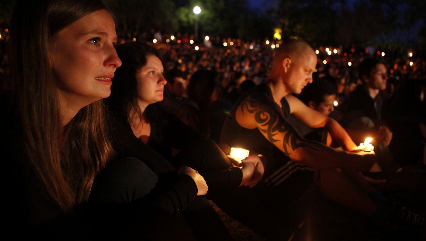 W maju 2014 roku Elliot Rodger zastrzelił w kalifornijskim kampusie sześć osób i ciężko zranił kolejnych 14, po czym popełnił samobójstwo. Na zdjęciu: studenci z Santa Barbara czuwają przy świecach zapalonych dla ofiar zamachu. Fot. Spencer Weiner/Getty Images