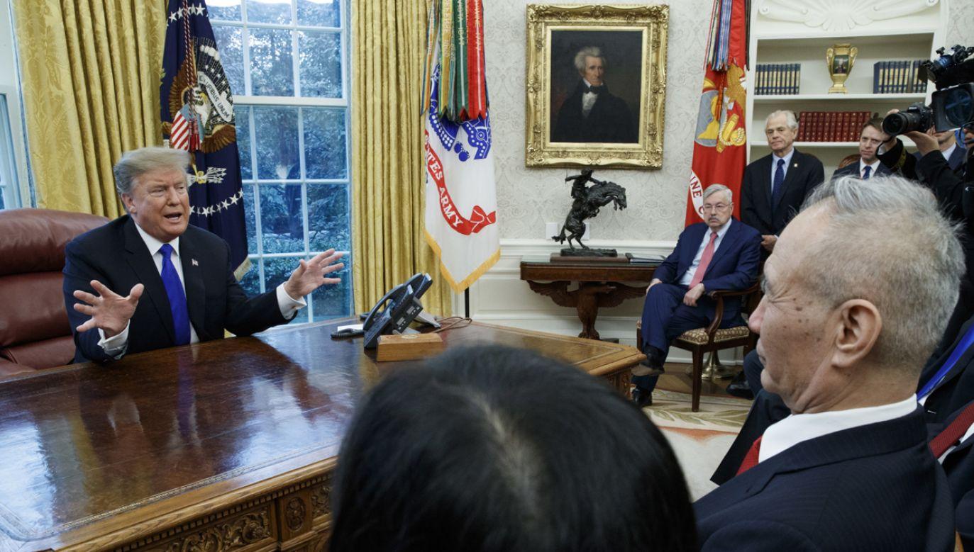 Prezydent Donald J. Trump (L) rozmawiał z wicepremierem ChRL j Liu He (R) (fot. PAP/EPA/SHAWN THEW)