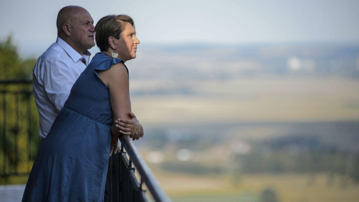 – Jest tu fajnie, ale najważniejsze, że jesteś ze mną – stwierdził rolnik, wzbudzając radość Małgosi (fot. TVP)