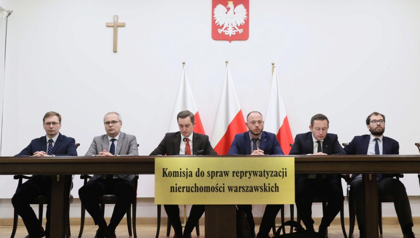 Członkowie Komisji Weryfikacyjnej podczas konferencji nt. decyzji w sprawie nieruchomości przy ul. Asfaltowej 2 i Puławskiej 137 w Warszawie (fot. PAP/Leszek Szymański)