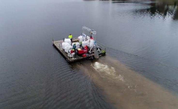 Przedsięwzięcie polegało na równomiernym rozprowadzeniu po powierzchni jeziora środka zrobionego z glinki bentonitowej i lantanu