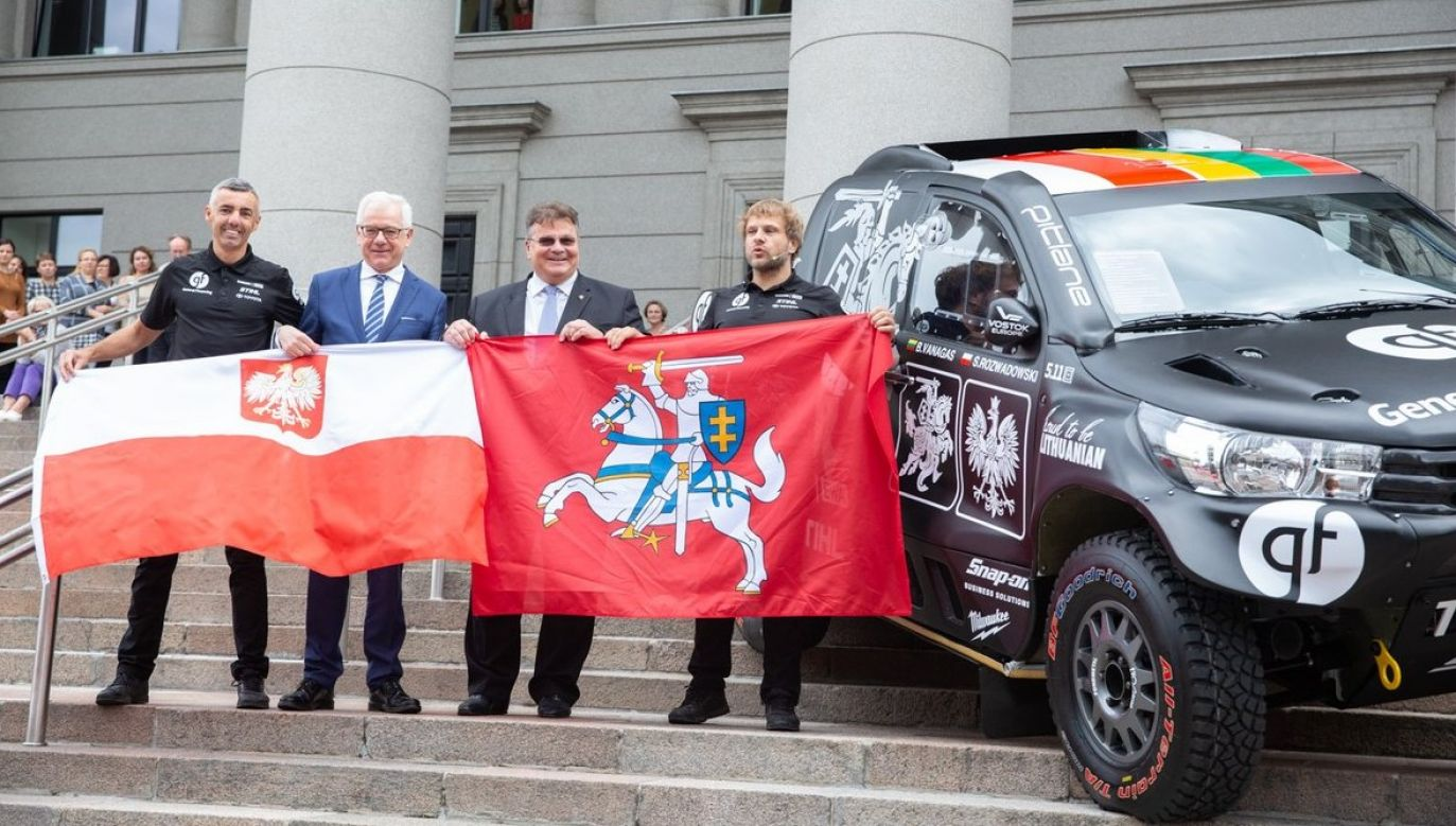 The two FMs unveiled the team's new car. Photo: Twitter/PolandMFA