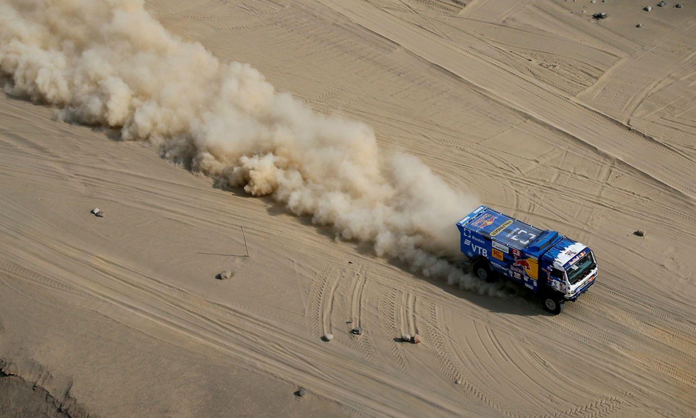 Kierowca Kamaza Dmitrij Sotnikov i pilot Ilnur Mustafin podczas Rajdu Dakar (fot. REUTERS/Carlos Jasso)