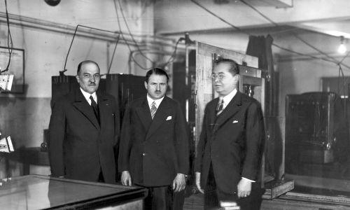 Wiceminister skarbu Stefan Starzyński (w środku) podczas zwiedzania Pałacu Prasy w otoczeniu prezesa Izby Skarbowej w Krakowie Józefa Gregera (z lewej) i redaktora naczelnego IKC Mariana Dąbrowskiego (z prawej) w 1925 roku. Fot. NAC/IKC