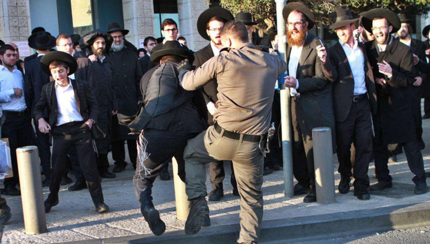 Ortodoksyjni żydzi regularnie protestują przeciwko służbie wojskowej (fot. Gil Cohen Magen/Anadolu Agency/Getty Images)