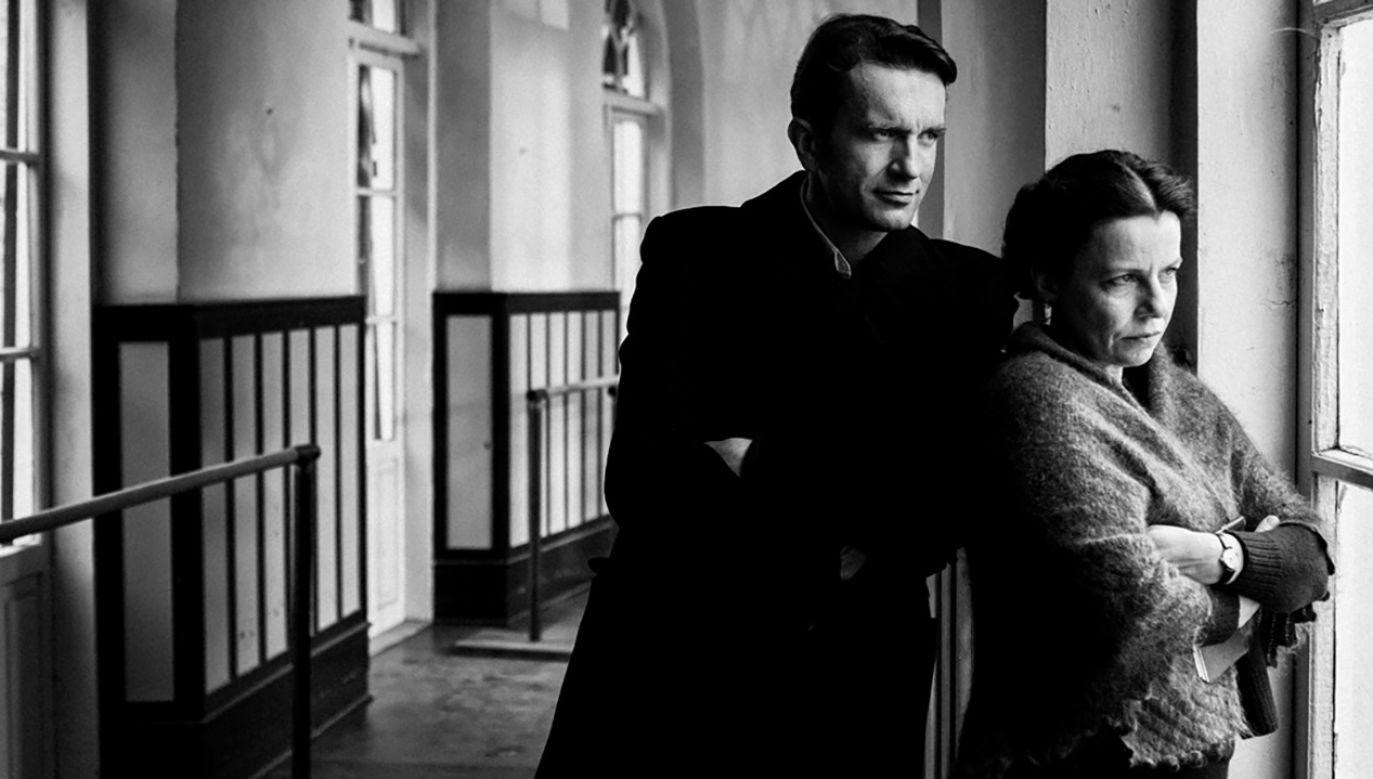 Film opowiada o młodej dziewczynie szukającej szczęścia w powstającym zespole Mazurek i dojrzałym pianiście, jej instruktorze (fot. Kino Świat)