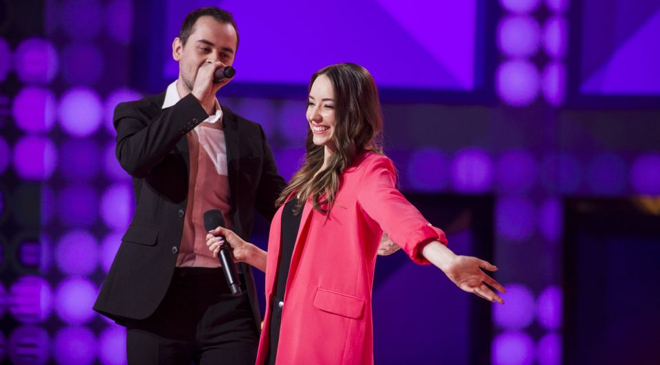 """Mateusz Wiskulski i Adrianna Jędrzejak wykonali piosenkę: """"Czy ten pan i pani"""". Czy są w sobie zakochani? Wygląda na to, że tak (fot. J. Bogacz/TVP)"""