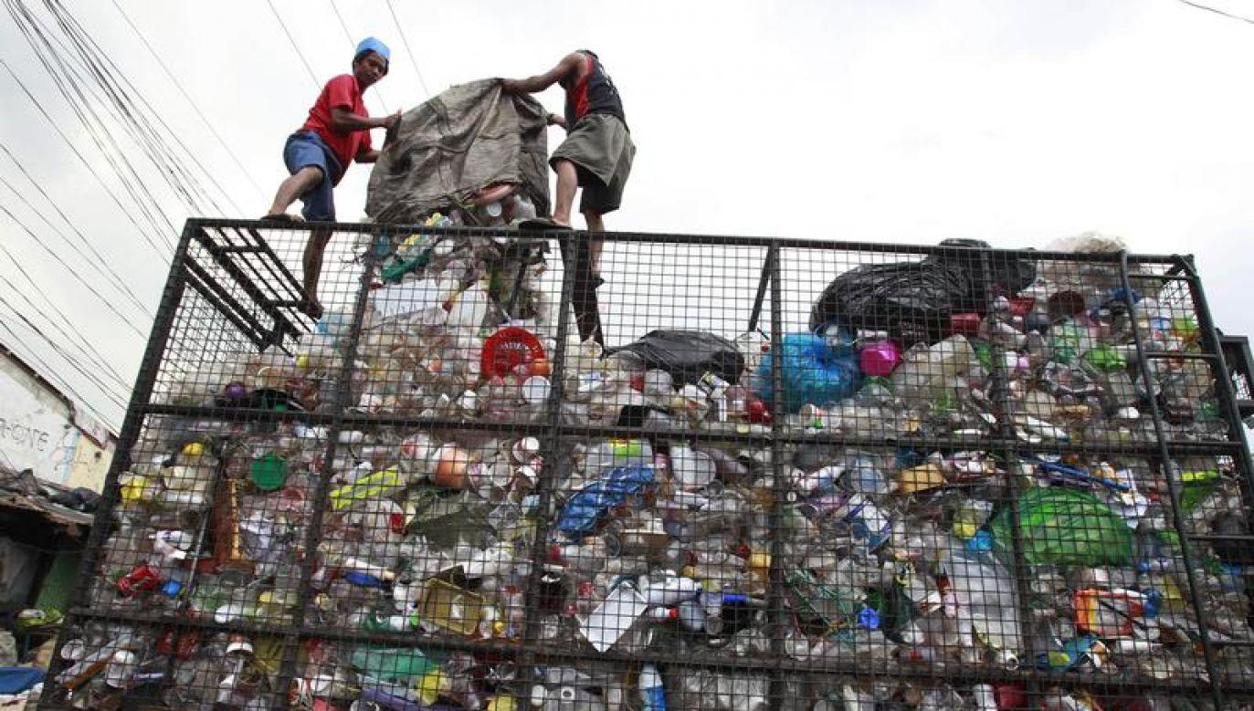 Pracownicy segregują śmieci w stolicy Filipin, Manili (fot. REUTERS/Romeo Ranoco)