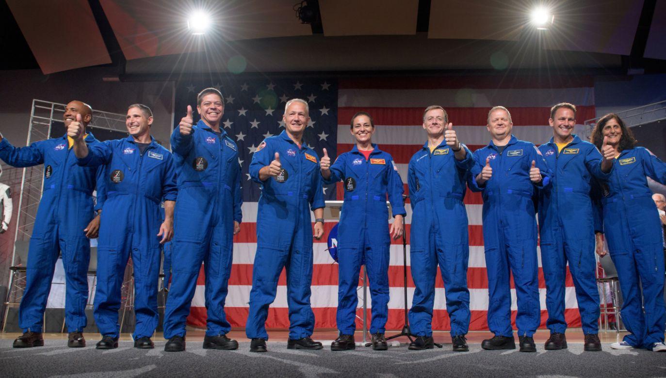 Dziewięcioro astronautów, którzy wezmą udział w pierwszych lotach komercyjnych statków orbitalnych  (fot. PAP/EPA/NASA/Bill Ingalls HANDOUT)