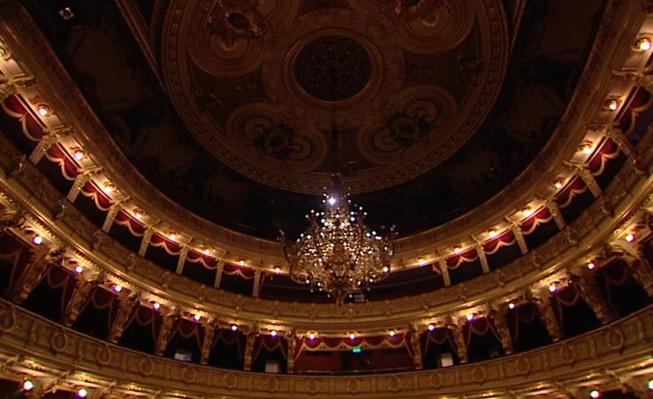 Żyrandol w Teatrze im. J. Słowackiego waży 800 kg, ma średnicę 3,5 m.