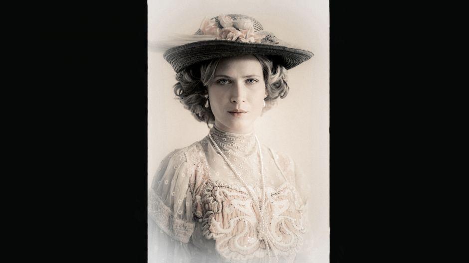 Fascynująca i piękna femme fatale, to główna postać żeńska w spektaklu. W roli tajemniczej baronowej Charlotty Bloch – Agnieszka Żulewska (fot. J. Sosinski/TVP)