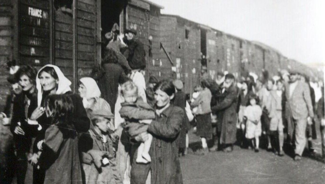 Żydzi wsiadający do pociągu jadącego do obozu zagłady w Treblince (fot. Wikimedia Commons)