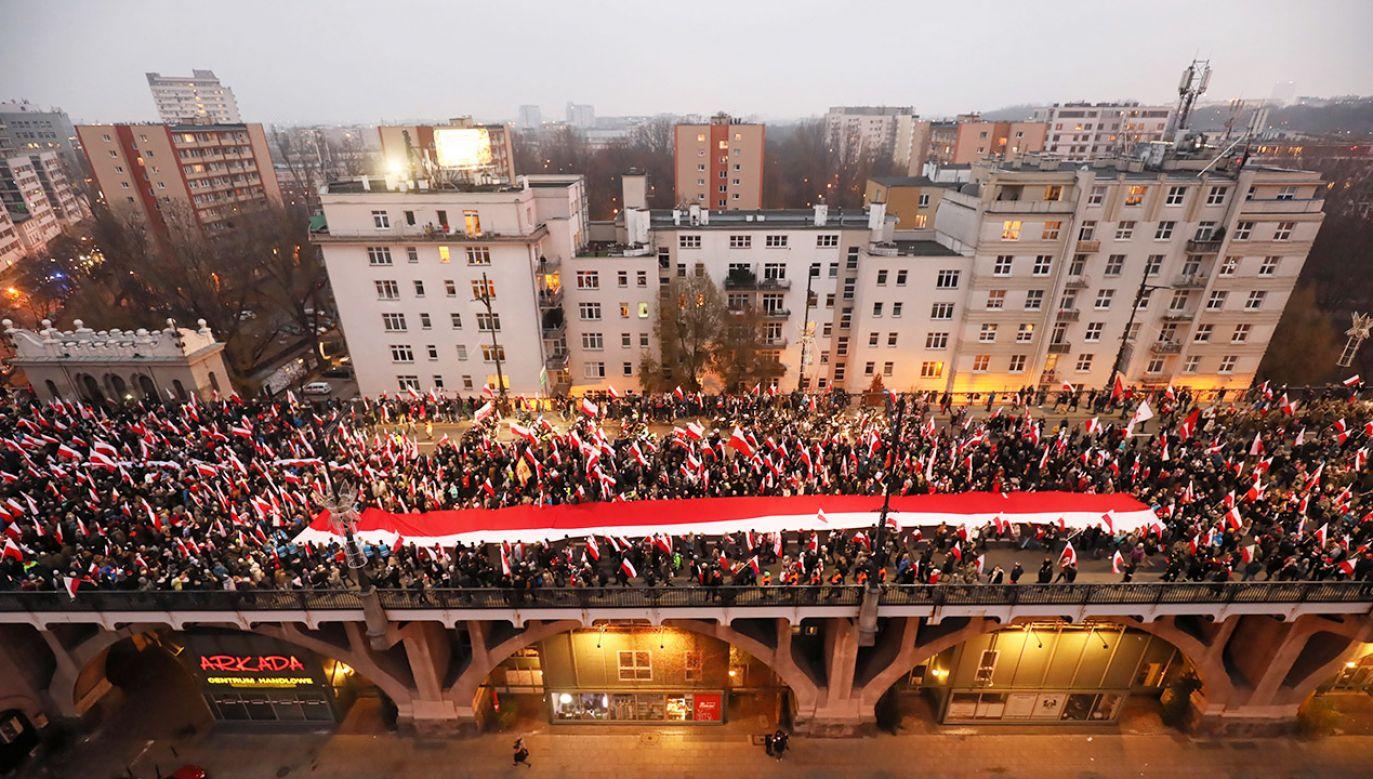 Po raz pierwszy w historii badań odsetek Polaków, którzy rozważają emigrację zarobkową, osiągnął jednocyfrową wartość fot. PAP/Paweł Supernak)