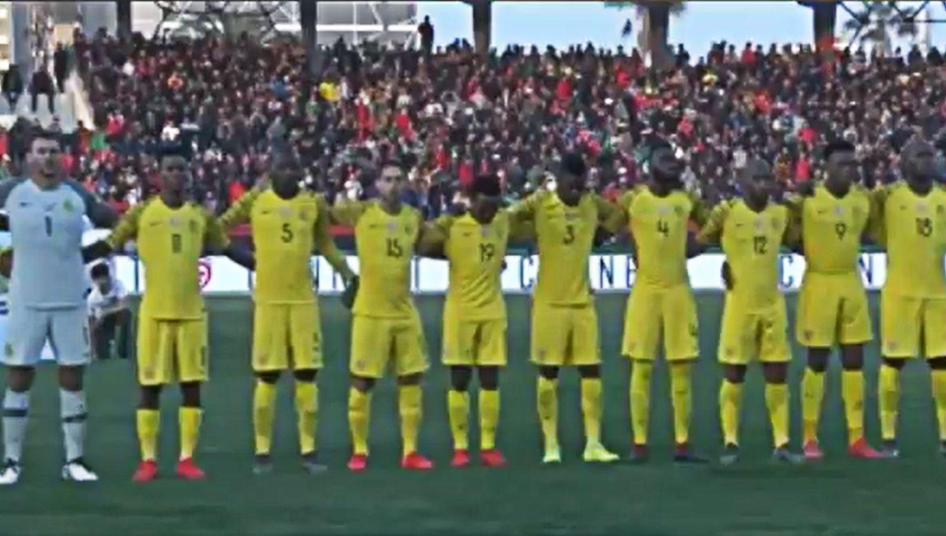 Hymn drużyny gości został odtworzony z telefonu komórkowego (fot. Twitter)