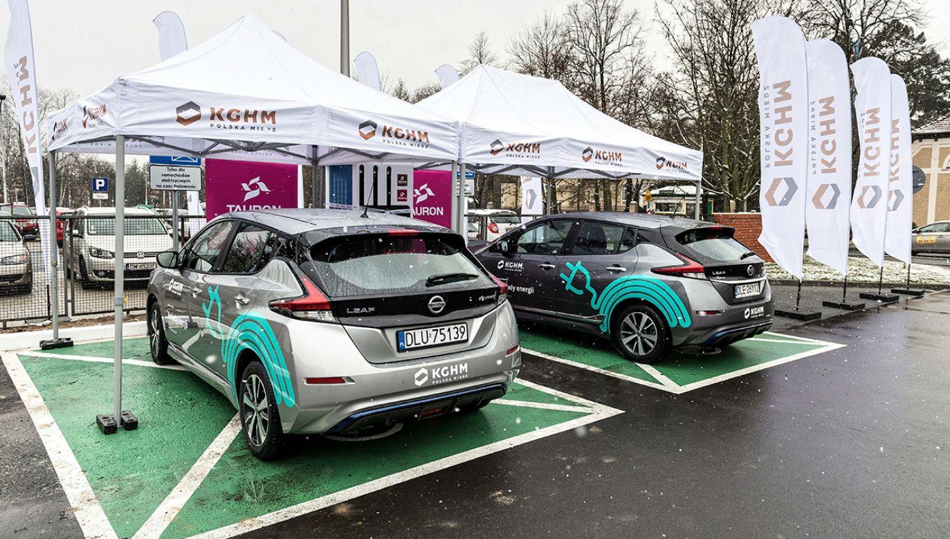 Pierwsza stacja ładowania samochodów elektrycznych została uruchomiona przy siedzibie KGHM w Lubinie (fot. PAP/Maciej Kulczyński)